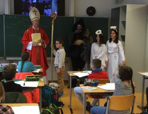 Der Nikolaus besucht die 5. Klassen